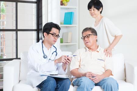 consulta médica: Médico y el paciente concepto de salud.