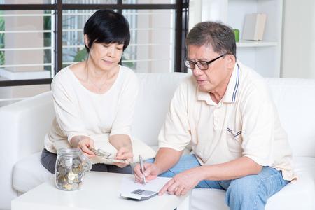 planificacion familiar: Pareja de ancianos de Asia contar con dinero. Foto de archivo