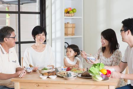 가족: 행복 아시아 중국 멀티 세대 가족 집에서 식사.