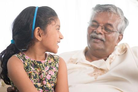 abuelos: Ascendientes y descendientes que tienen conversación. los asiáticos que viven el estilo de vida.
