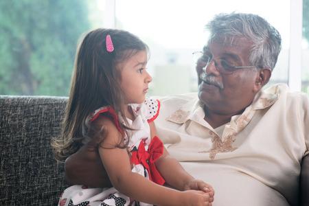 Portret Indische familie thuis. Grootouder en kleinkind praten met elkaar. Aziatische mensen levensstijl. Grootvader en kleindochter.