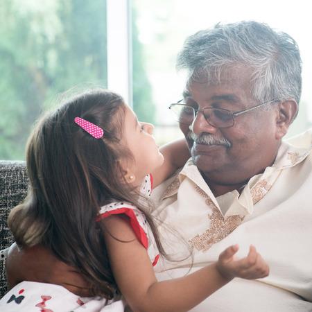 abuelo: Retrato de la familia india en casa.