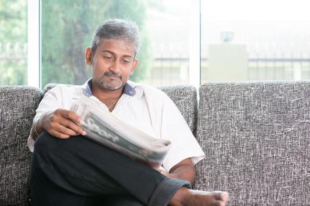 oude krant: Portret van volwassen Indiase man lezen op de krant Stockfoto