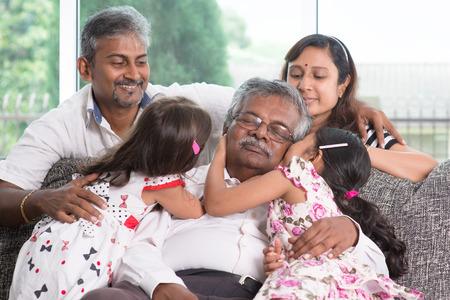 Portret van een multi generaties Indische familie thuis. Aziatische mensen levensstijl.