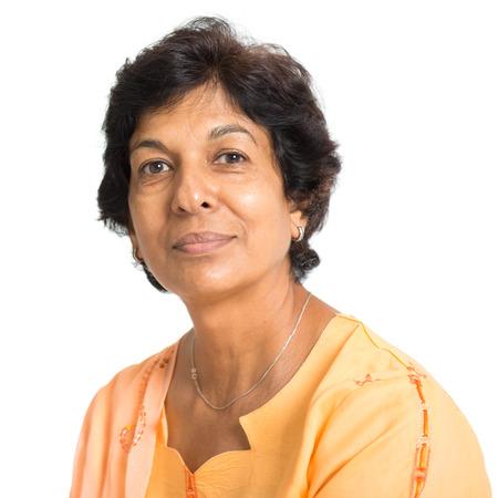 웃는 50 대 인도 성숙한 여자의 초상화, 흰색 배경에 고립.
