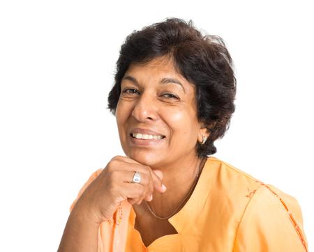 Portret van een gelukkige jaren '50 Indische volwassen vrouw lachend, geïsoleerd op een witte achtergrond.