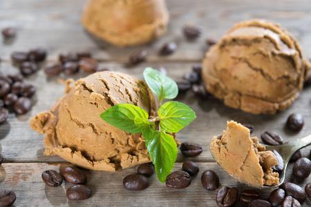 Close-up mokka ijs en koffie bonen op oude rustieke uitstekende houten achtergrond.