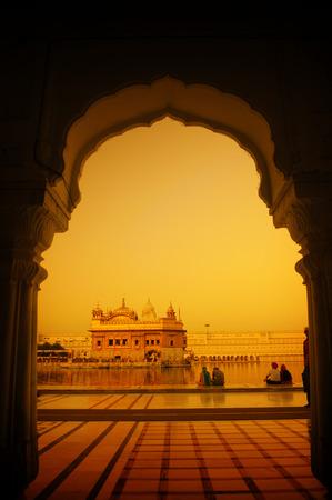 Amritsar Golden Temple, Indien. Mit Fenstern aus Westseite im Sonnenuntergang umrahmt. Konzentrieren Sie sich auf Tempel. Standard-Bild - 49387826
