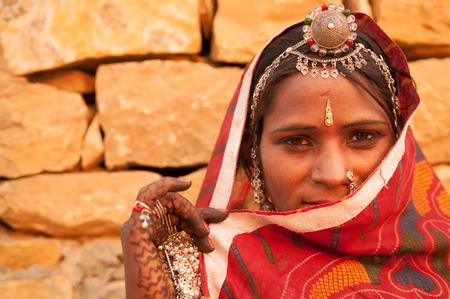Traditionele Indiase vrouw in sari kostuum bedekt haar gezicht met sluier, India Stockfoto - 49463073