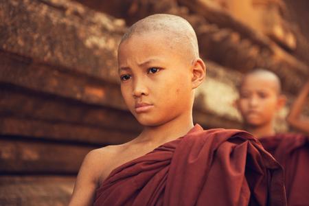 limosna: Monjes budistas j�venes caminando limosna por la ma�ana en Old Bagan, Myanmar