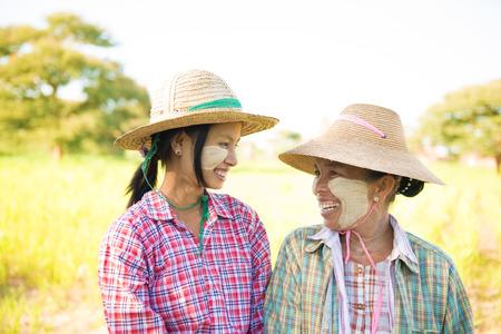 伝統: Portrait of a Myanmar female farmer with thanaka powdered face at farmland. 写真素材