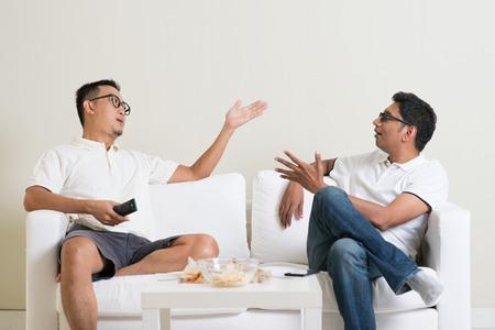 Männer streiten. Zwei männliche Freund nicht einverstanden sind miteinander und mit Argument zu Hause. Multikulturelle Menschen Freundschaft. Standard-Bild - 50680684