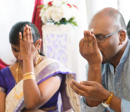 hindues: Pareja recibió oraciones del sacerdote. Tradicionales hindúes de la India ceremonia de la perforación del oído. India rituales especiales. Foto de archivo