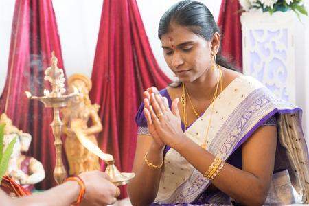 hindues: La mujer recibió oraciones del sacerdote. Tradicionales hindúes de la India ceremonia de la perforación del oído. India rituales especiales.