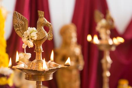 hindues: diya metal. Tradicionales hindúes de la India ceremonia religiosa. Centrarse en la lámpara de aceite. India rituales especiales eventos. Foto de archivo