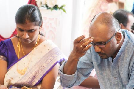 hinduism: hombre hind� poner Tilak o marcado en la frente durante los rituales religiosos tradicionales de la India, la tradici�n del hinduismo. Foto de archivo