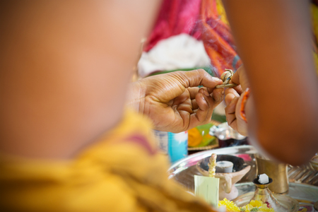 hindues: Tradicionales hindúes de la India ceremonia de oración. India rituales especiales eventos. Foto de archivo