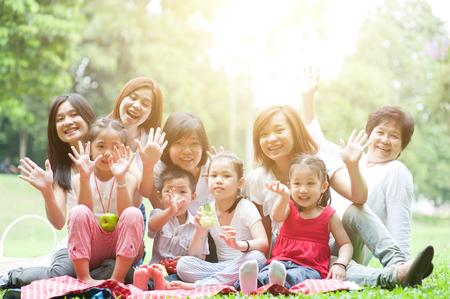 아시아 다중 세대 가족 초상화, 조부모, 부모 및 자녀, 태양 플레어 함께 아침에 야외 자연 공원 그룹.