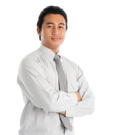 Portret van koele Zuidoost-Aziatische gekruiste zakenmanwapens, status geïsoleerd op witte achtergrond. Stockfoto - 81888904