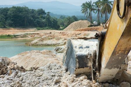 砂採石場で掘削機をクローズアップします。