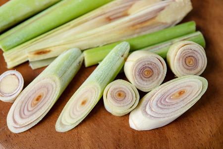 Fresh green lemongrass slices on wooden background. Standard-Bild - 117258838