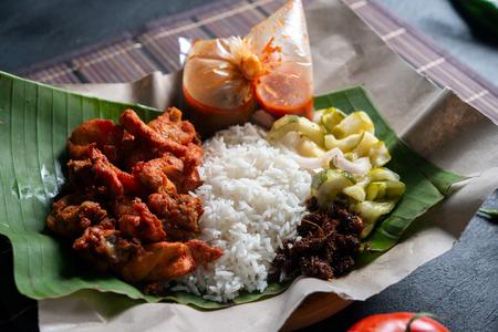 Nasi kukus ayam berempah, popular traditional Malay local food. Stockfoto