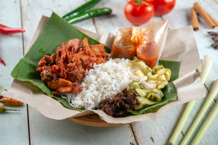 Nasi kukus ayam berempah, popular traditional Malay local food. Imagens