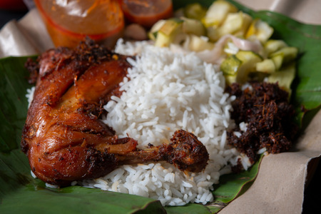 Nasi Lemak Kukus mit Hühnchen, beliebtes traditionelles malaiisches lokales Essen.