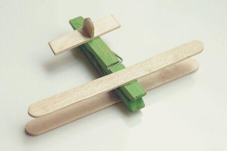 Dziecka grafika, kij do lodów wykonany samolot na prostym tle.