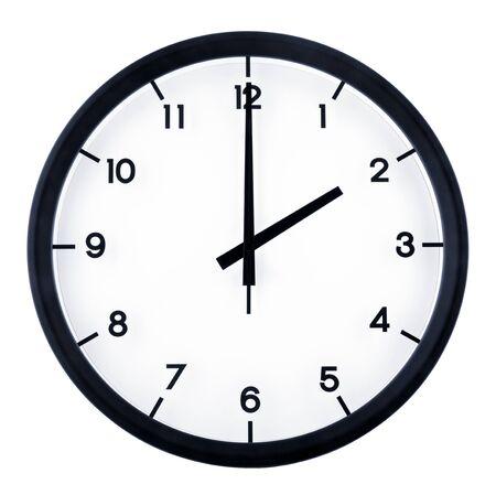 Horloge analogique classique pointant à 2 heures, isolé sur fond blanc
