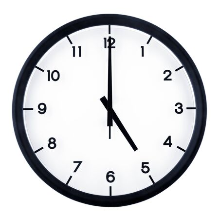 Horloge analogique classique pointant à 5 heures, isolé sur fond blanc