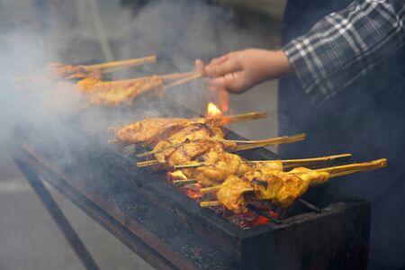 Malaysische traditionelle Gerichte, beliebtes gegrilltes gewürztes Hühnchen Ayam Percik, das während des heiligen Monats Ramadan im Basar verkauft wird.