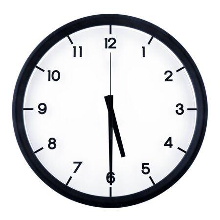 Klassische analoge Uhr, die auf fünf Uhr fünfzehn zeigt, isoliert auf weißem Hintergrund