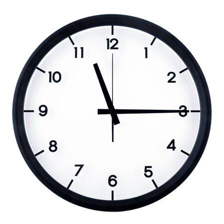 Klassische analoge Uhr, die auf elf Uhr fünfzehn zeigt, isoliert auf weißem Hintergrund