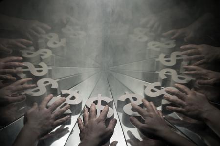 Hände, die nach dem US-Dollar-Währungssymbol auf einem Spiegel greifen, der in Rauch mit vielen Reflexionen seiner selbst bedeckt ist Standard-Bild