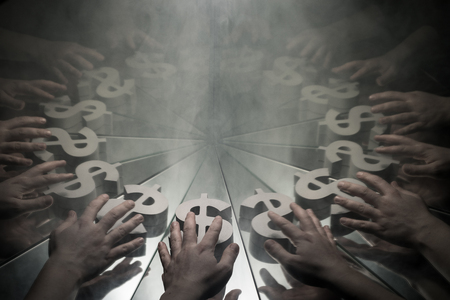 Mani che raggiungono il simbolo di valuta del dollaro USA sullo specchio coperto di fumo con molte riflessioni di se stesso Archivio Fotografico