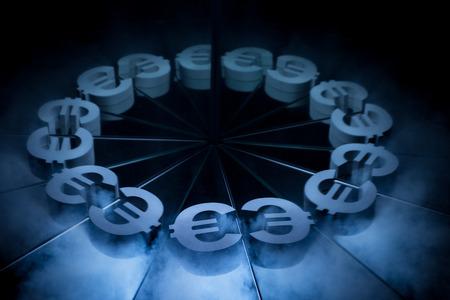 Símbolo de moneda euro europeo cubierto de niebla oscura de invierno con muchos reflejos de sí mismo