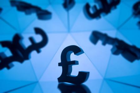 Simbolo di valuta della sterlina britannica con molte immagini speculari di se stesso su sfondo blu Archivio Fotografico