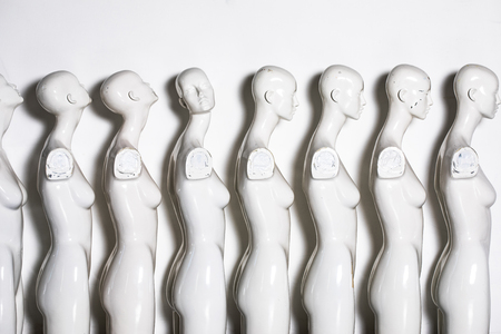 Bright Picture of Plastic Woman Mannequins Standing in The Line, With One Looking to Another Direction then the Others on White Background Imagens - 124979498