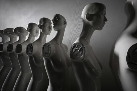 Weitwinkel-Nahaufnahme von Plastik-Frauen-Schaufensterpuppen, die in der Schlange stehen, mit einem Blick in eine andere Richtung dann die anderen