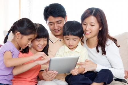 asian home: Famiglia asiatica utilizzando il computer tablet Archivio Fotografico