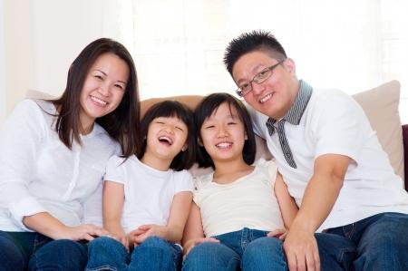 familia saludable: Familia asi�tica relajada en casa Foto de archivo