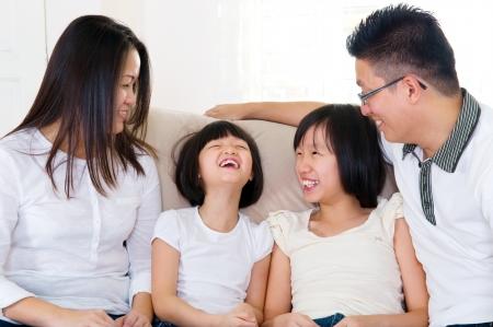 Familia asi�tica teniendo una conversaci�n agradable en casa Foto de archivo - 19671733