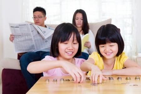 mano con dinero: Chicas asi�ticas contar dinero Foto de archivo