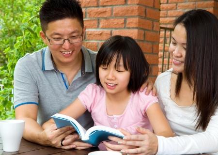 mujer leyendo libro: Asia chica leyendo el libro