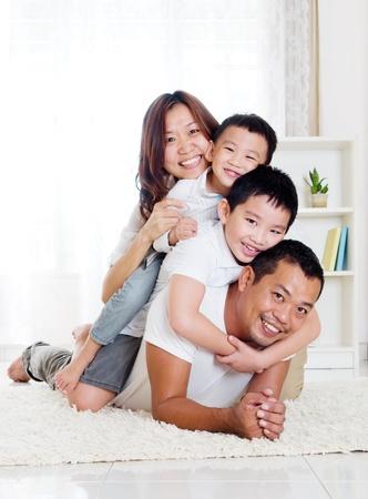 familia saludable: Familia asi�tica que se divierte a cuestas Foto de archivo