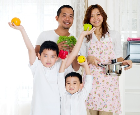 frutas divertidas: concepto de estilo de vida saludable de la familia asi�tica