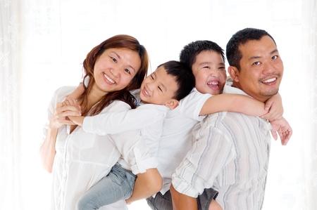 familia saludable: Retrato de interior de la hermosa familia asi�tica