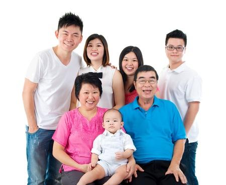 hijos: Retrato de tres generaciones de la familia asiática
