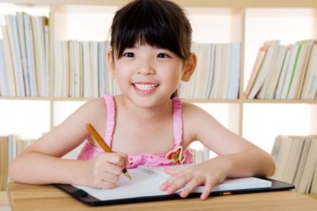 niños estudiando: escritura linda chica asiática
